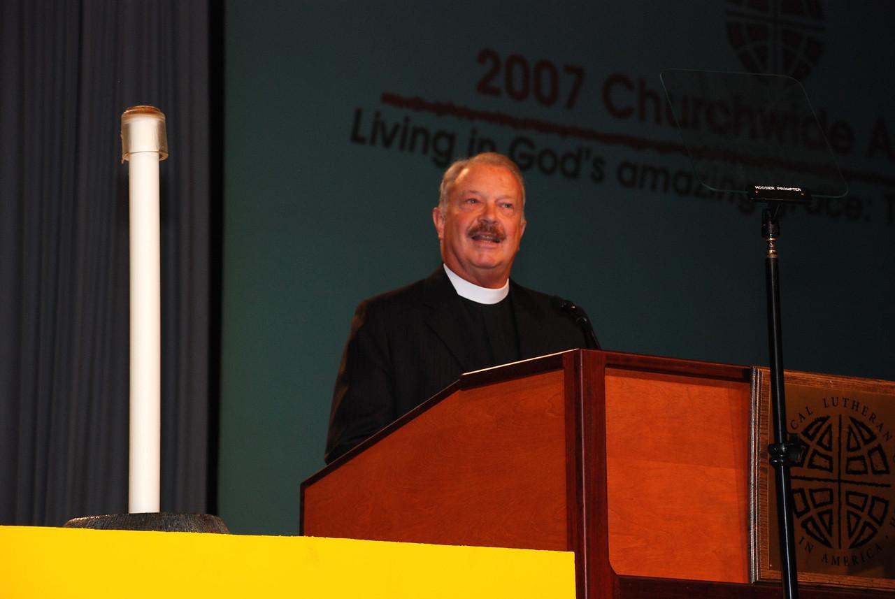 Pr. Arnie Pierson, of MIF addressing the Plenary session.