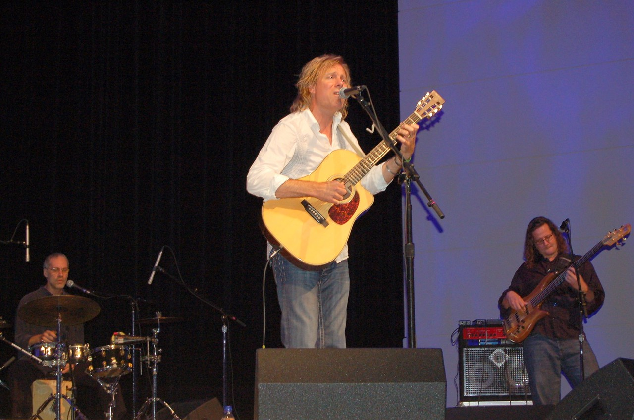 On Friday evening, Peter Mayer, lead guitarist for the Jimmy Buffet and the Coral Reefers Band, gave a benefit concert for the HIV and AIDS Strategy and the Lutheran Malaria Initiative. A son of missionaries, Mayer is a life-long Lutheran and currently is a member of an ELCA congregation.