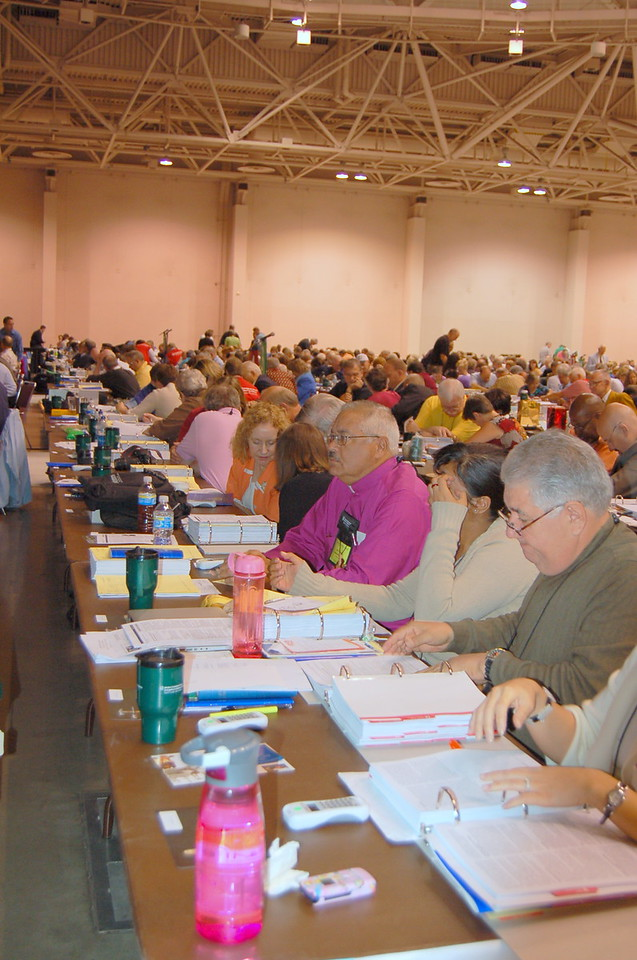 Voting members of the 2009 ELCA Churchwide Assembly look through information.