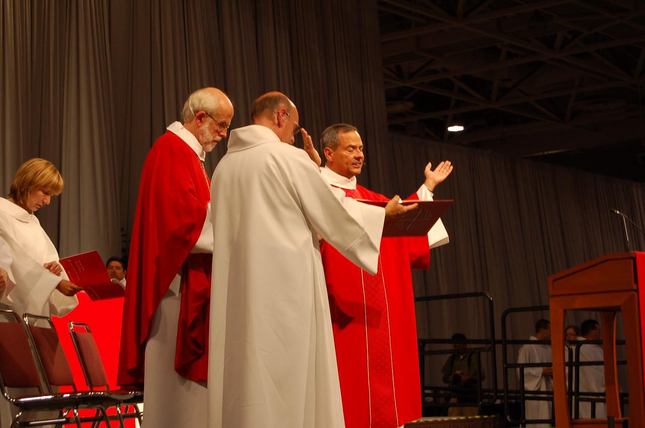 Vice-President Carlos Pena gives a closing prayer.