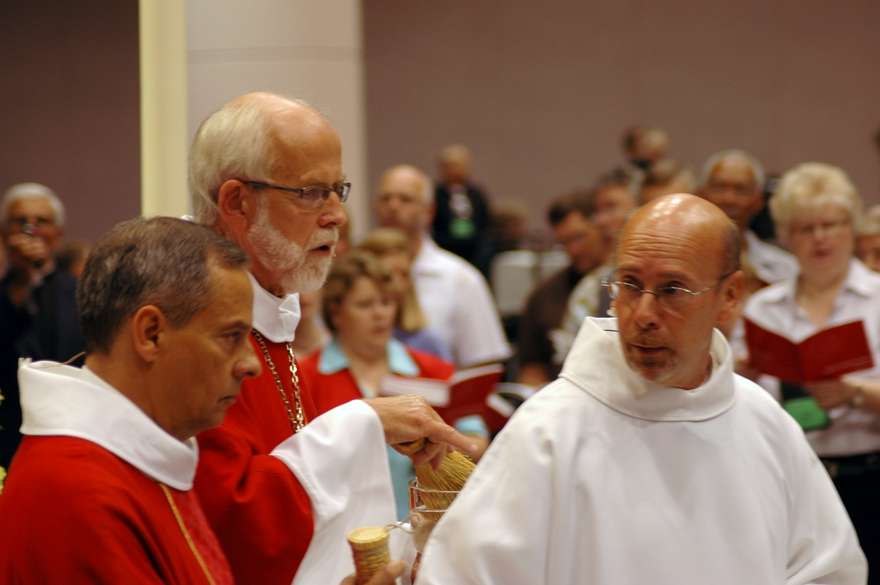 Presiding Bishop Mark S. Hanson and Vice-President Carlos Pena at opening worship.