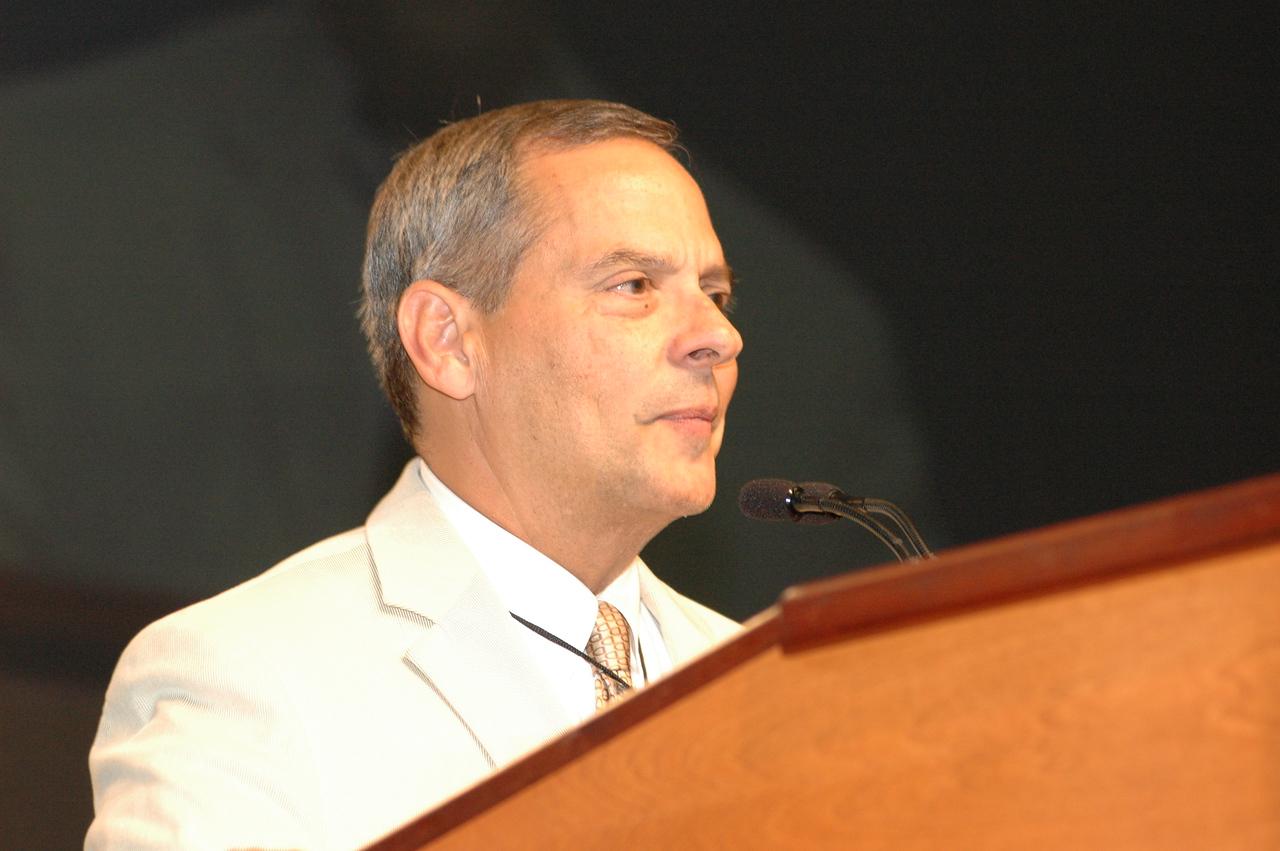 Carlos Peña thanks the assembly