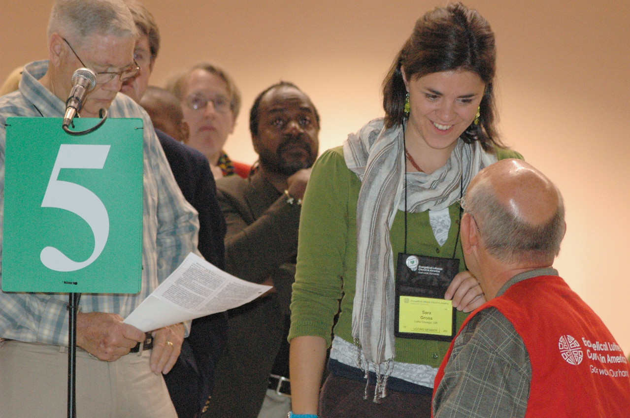 Voting member Sara Gross,  Lake Oswego, OR introduces herself to an assembly volunteer.