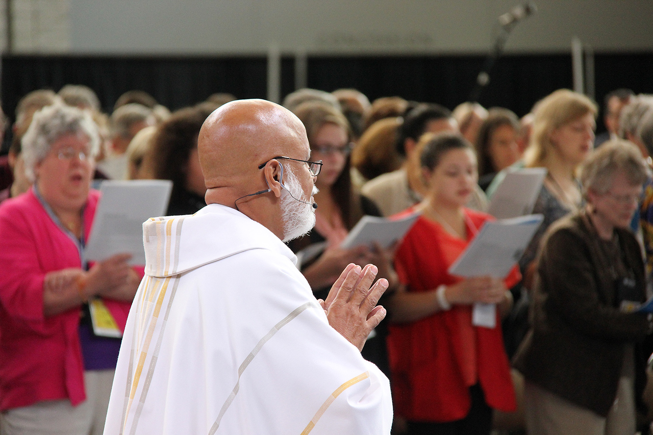 The Rev. George Cruz-Martinez serves as presiding minister during Thursday's worship.