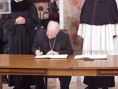 While Bishop Anderson signed the Joint Declaration, the congregation applauded continuously while all signed the document after Noko and Kasper.