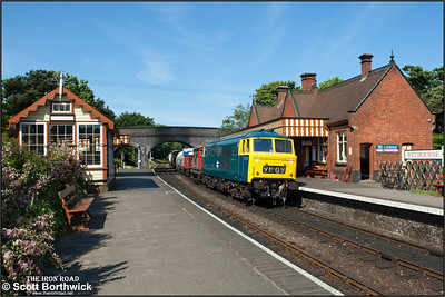 D7076 and its short mixed freight arrives at Weybourne on 11/06/2015.