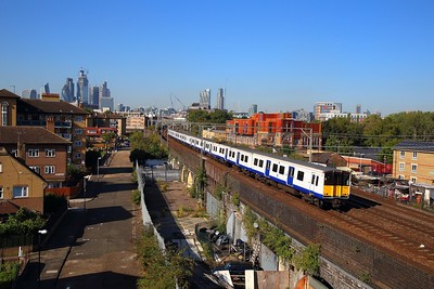 315843+315857 on the 5C48 London Liverpool Street to Gidea Park at Stepney Green between Bethanl Green and Bow junction on the 13th September 2018