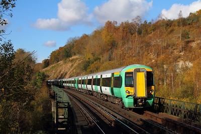 377306+377106 on the 2L28 1223 London Victoria to East Grinstead at Riddlesdown viaduct on the 6th November 2017