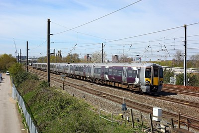 387136 leading 387139 on 1Y49 1157 Heathrow Airport Terminal 5 to London Paddington at Hayes and Harlington on 18 April 2021  HEX, Class387, GWMLLondon