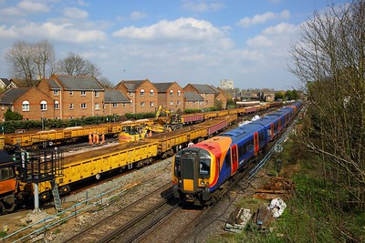 450006+450074 on the 2C41 1420 London Waterloo to Reading approaching Richmond on the 14th April 2018