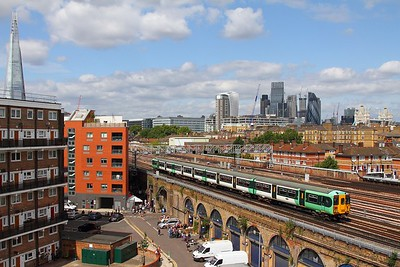 455839 on the 2P73 London Bridge to Tattenham Corner east of London Bridge on the 20th August 2017
