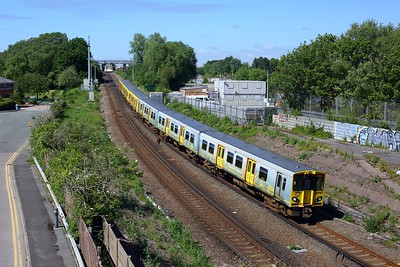 507009 leading 507014 working 2U28 Southport to Hunts Cross at Leeds Street Bank on 12 June 2021  Class507, MerseyRail, NorthernLineMR