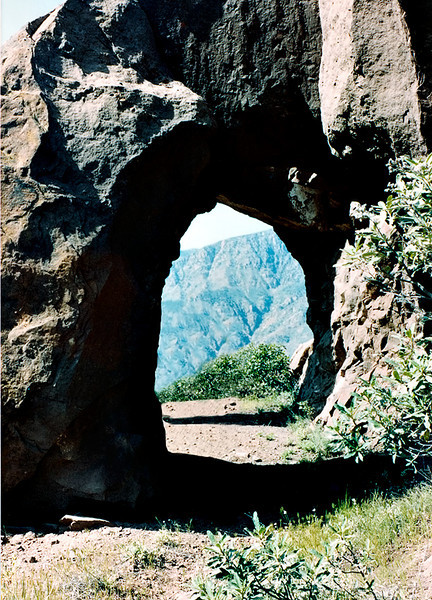 Arch on the Red Reef trail between Lady Bug and Sespe Creek, 04/1983.