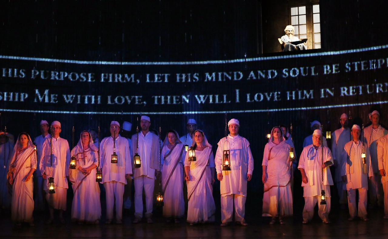 ENO Satyagraha ENO Chorus (c) Donald Cooper