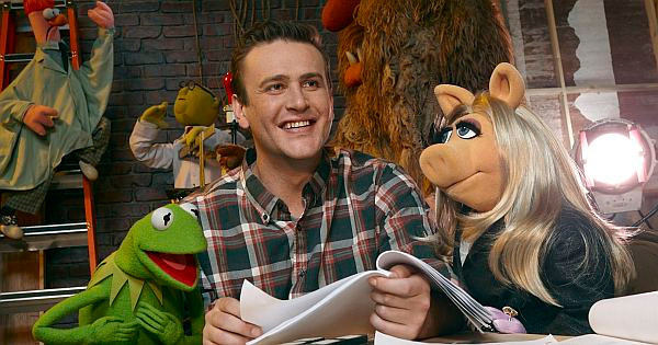 THE MUPPETS - © The Muppets Studio, LLC (L-R) Kermit the Frog, Jason Segel and Miss Piggy <br /> Photograph by – Andrew Macpherson