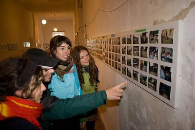 """Další neuvěřitelná sbírka - tentokrát výstava místních umělců v chátrajícím """"zámečku"""" Skalka"""