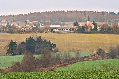 Hlavní krajinné prvky v okolí vesnice dnes: rozsáhlá pole, louky (sekané mechanicky) potůčky, stromořadí, les. Na to lze navázat pozměněným lesem, členitější krajinou dříve, lukami spásanými...
