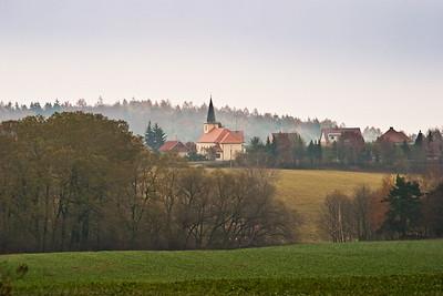 PRVNÍ SKUPINA: Vesnice jako součást krajiny. Kostel jako její nejvýraznější prvek, orientační bod v krajině. Tradiční estetický prvek kulturní krajiny, dodávající pocit známého...