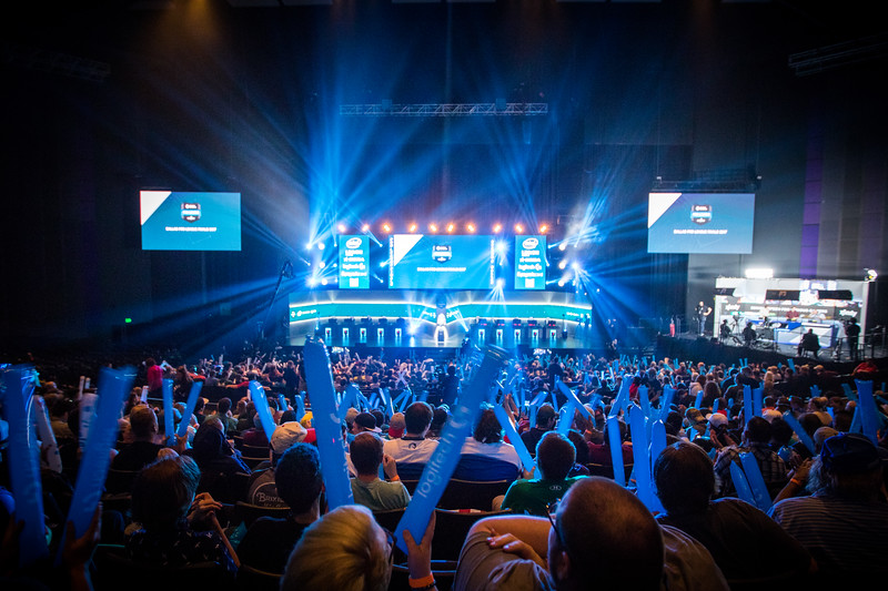 The crowd witnesses the action of the ESL Pro League Season 5 Finals