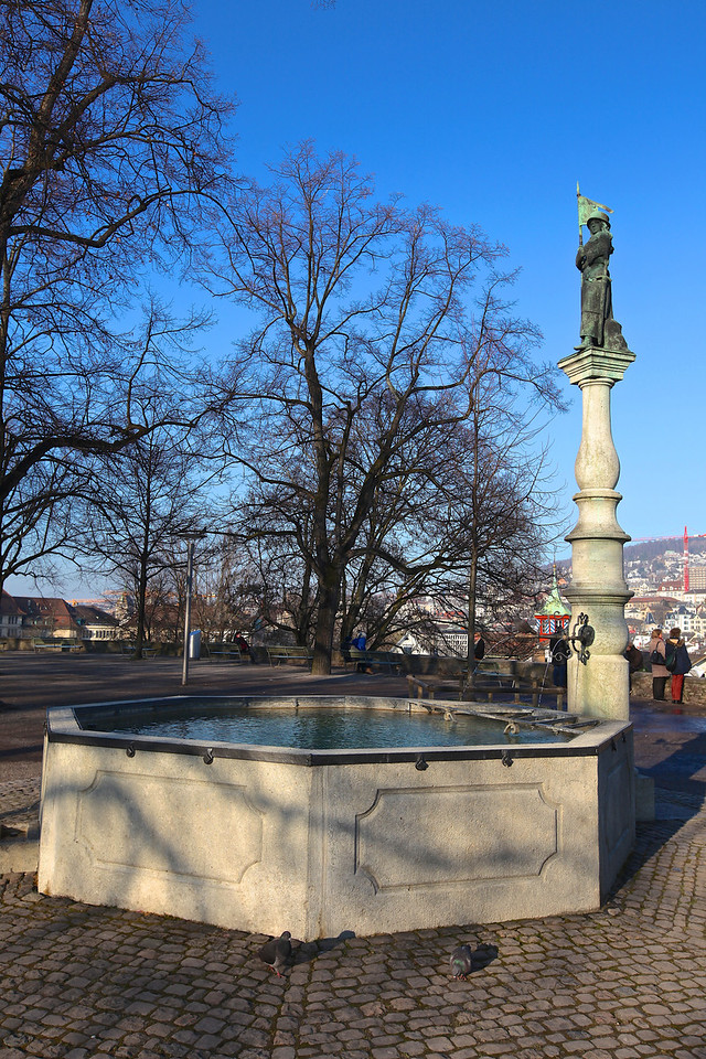 The Hedwig fountain was added to the square in 1688. recalls the legend of the siege of Zurich (1292) by Duke Albrecht I. of Habsburg.