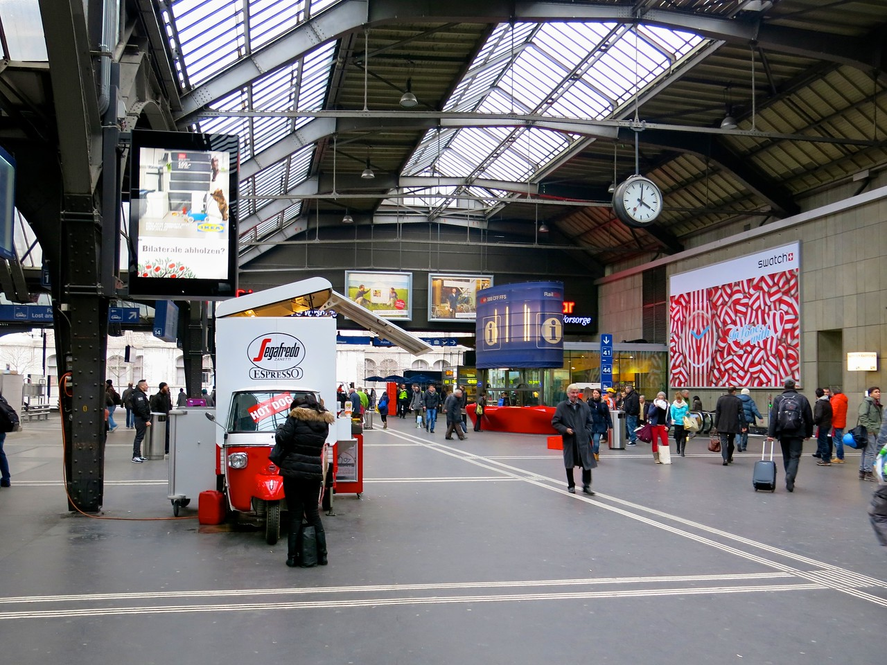 In 2004, the station had an average of 340,000 passengers each day. The station is busy at all times, with trains running from 05:00 until 01:00 during the week. From Friday night to Sunday morning, trains run all day and all night.