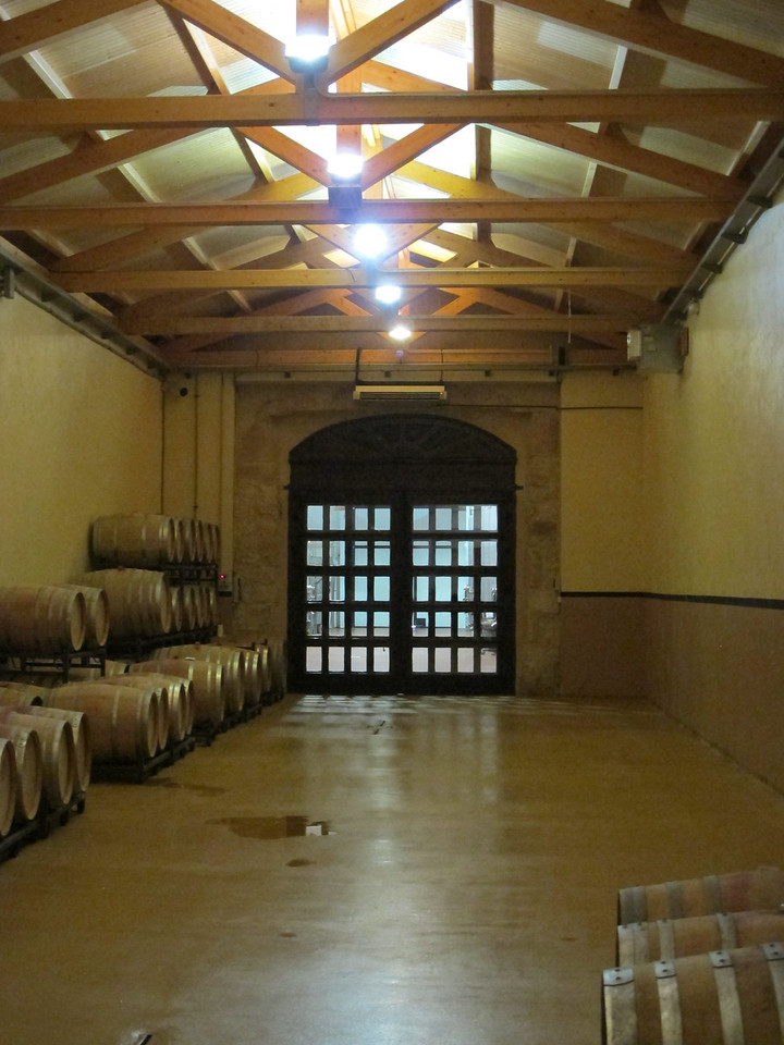 The barrel ageing room is one of the many areas in the winery that has been carefully restored, preserving the old traditional stone archway and the old walls. It has been equipped with modern technology to maintain a constant humidity and temperature throughout the year.