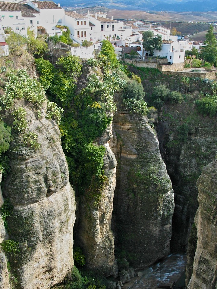 The Guadalevín River runs through the city, dividing it in two and carving out the steep, 390 feet deep El Tajo canyon upon which the city is perched.