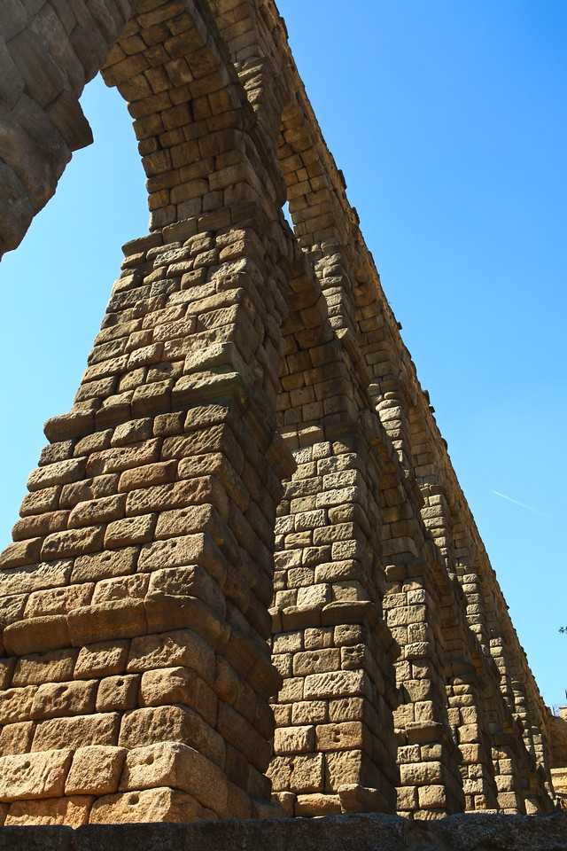 The aqueduct is built of unmortared, brick-like granite blocks. During the Roman era, each of the three tallest arches displayed a sign in bronze letters, indicating the name of its builder along with the date of construction. Today, two niches are still visible, one on each side of the aqueduct. One of them is known to have held the image of Hercules, who according to legend was founder of the city. The other niche now contains the images of the Virgen de la Fuencisla (the Patroness of Segovia) and Saint Stephen.