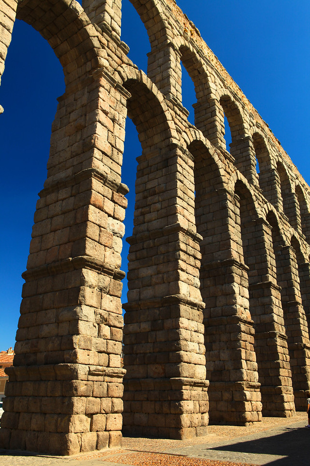 The aqueduct transports waters from Fuente Fría river, situated in the nearby mountains, some 17 km (11 mi) from the city in a region known as La Acebeda. It runs another 15 km (9.3 mi) before arriving in Segovia.