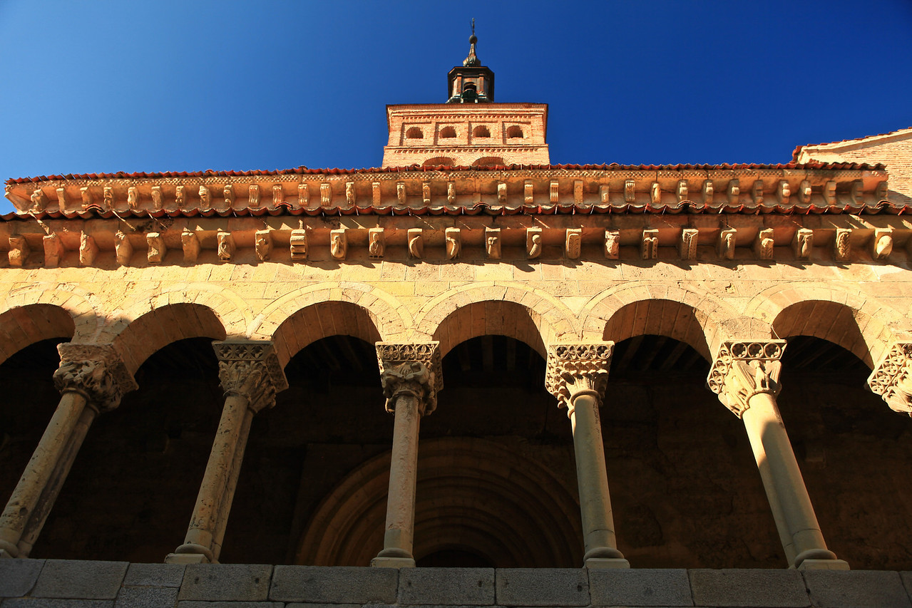 Defined by a triple arcade of columns, three apses, and a mudejar tower occupying the space of the dome, covered by a baroque roof and rebuilt in the 14th century.