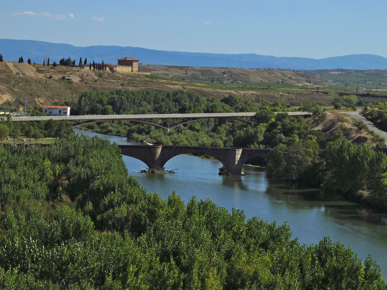 Between San Vicente de Seniorio and Briones is a medieval bridge. It defended the crossing of the River Ebro from the border with Navarra and Castile. It possibly dates back to 1172.  It was rebuilt at the end of the 16th century. On March 9th 1783 two of the arches collapsed completely, and for transit purposes a cable ferry was built between the two banks, delaying reconstruction of the bridge for over 60 years. Because of its structural problems, heavy goods vehicles were prohibited from crossing the bridge several years ago, and in 1997 a new bridge (behind the bridge) was opened.