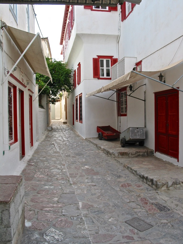 Streets on Hydra are narrow.
