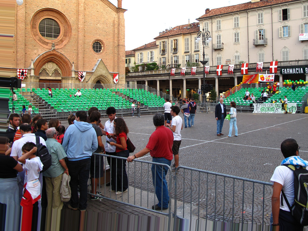 The flag throwing competition is held in the Piazza San Secondo