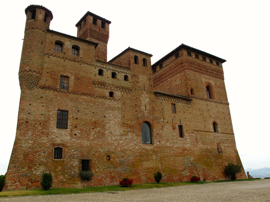 The castle has a restaurant, a museum as well as a wine shop that carries many local wines of the Piedmont area.