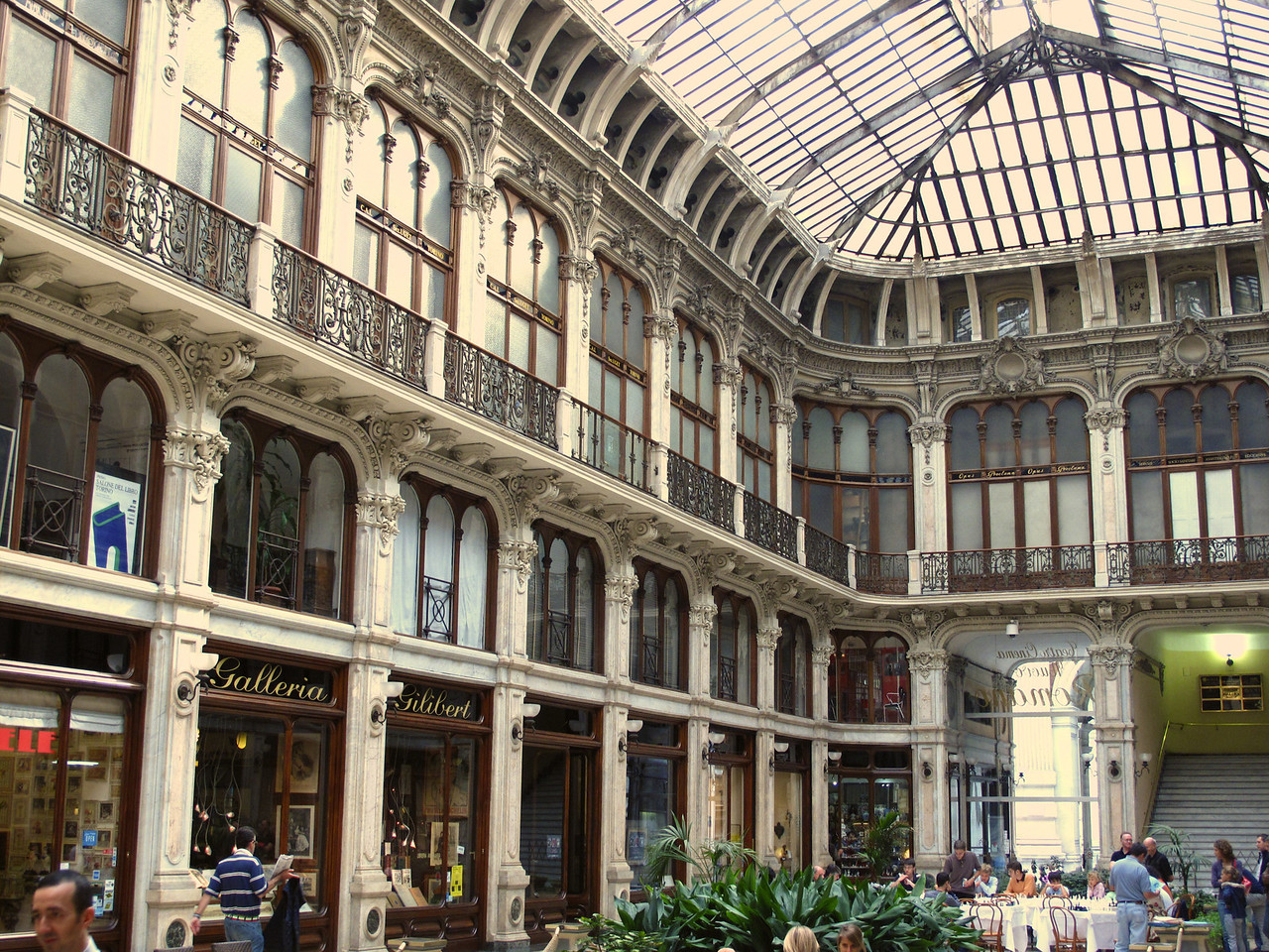 Built in 1874, the Glleria Subalpina is a shopping arcade that connects piazza Castello with piazza Carlo Alberto and is one of the most elegant areas of the city.