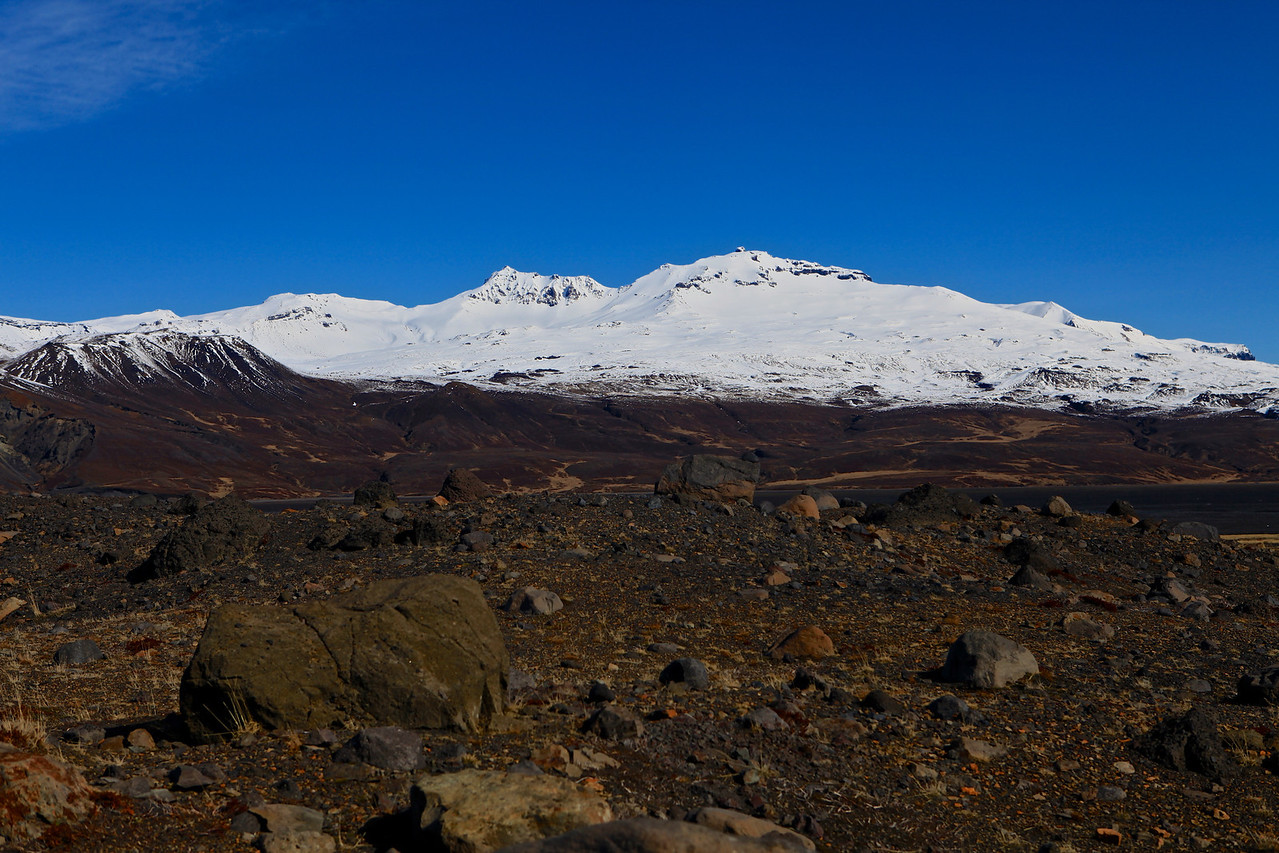 In the valley, the river Krossá winds between the mountains. The valley is closed in between glaciers, Mýrdalsjökull being at the rear end of the valley.