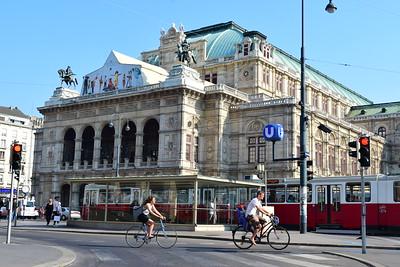 Ópera Estatal de Viena  es una de las más importantes compañías de ópera mundiales. Hasta 1920, se llamó Ópera de la Corte de Viena . Es el centro neurálgico de la vida musical vienesa y uno de los polos de atracción del mundo musical.