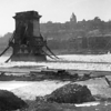 El Puente de las Cadenas destruido despues de la Segunda Guerra Mundial