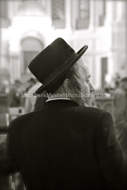 RUSSIA, St. Petersburg. Tisha B'av @ Grand Choral Synagogue, August 9, 2011. (8.2011)