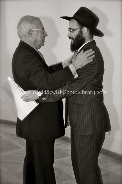 EE 1079  Avi Granot, Israeli Ambassador to Finland:Estonia (2007~2011) greets Rabbi Shmuel Kot
