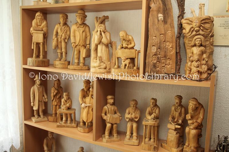 LT 1622  Wood carving figure by Yacov Bunka