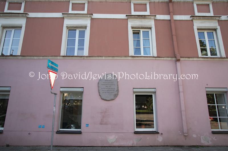 LT 2515  Moyshe Kulbak, 1920s poet, memorial (Karmelitu Street 5)