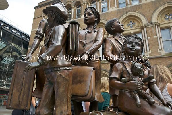 ENGLAND, London. Kindertransport memorials, Liverpool Street Station (8.2016)