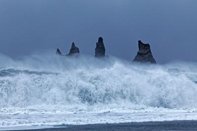 """""""... Pas de bête comme la mer pour dépecer une proie. L'eau est pleine de griffes. Le vent mord, le flot dévore ; la vague est une mâchoire. C'est à la fois de l'arrachement et de l'écrasement. L'océan a le même coup de patte que le lion..."""" - V. Hugo -"""