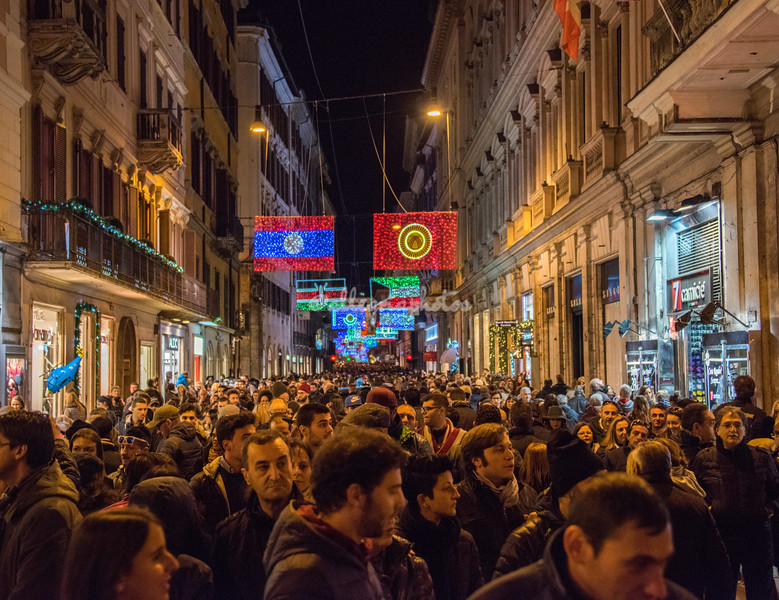 Crowds on Via Del Corso at Christmas time