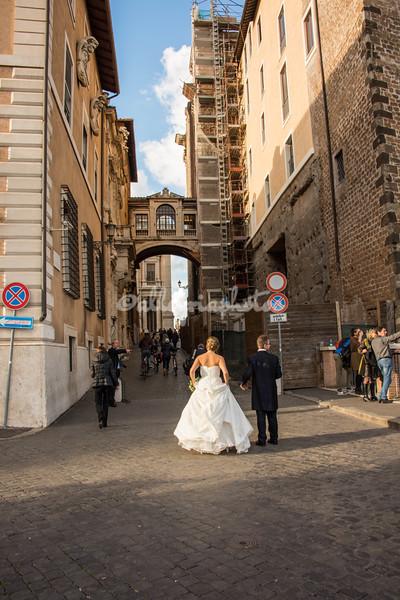 Bride and Groom stroll towards Campidoglio
