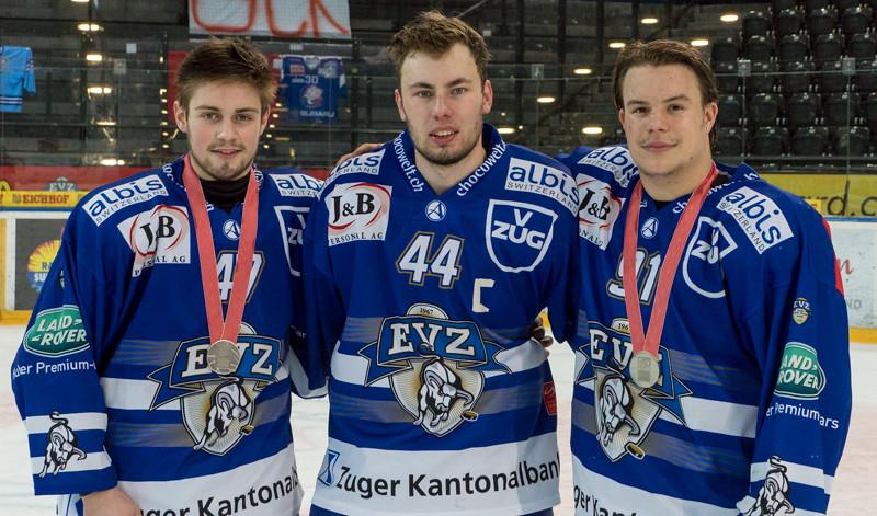 Siegerehrung der Elite A Saison 2015/16 -  Das Team des EV Zugs empfängt die Silber Medaille