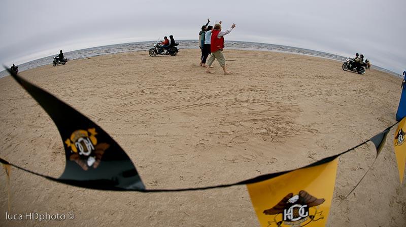 Un giro in moto sulla spiaggia di Jurmala.