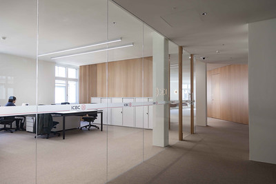 18 Innenraumgestaltung der Schweizer Filiale der Chinesischen Grossbank ICBC, Zürich - einseitig verglaste Trennwände ermöglichen Blick in die Grossraumbüros. EXH Design, 2018