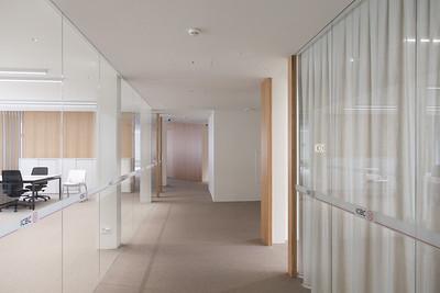 17 Innenraumgestaltung der Schweizer Filiale der Chinesischen Grossbank ICBC, Zürich - Gang mit Blick in Büros. EXH Design, 2018